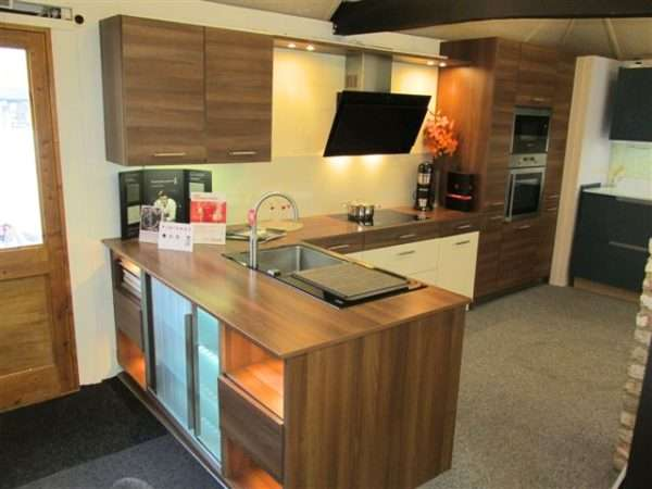 German High Gloss Cream & Mahogany Colour Kitchen with Walnut Effect Laminate Worktops & Appliances