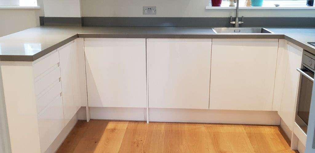 Gloss White Handleless Kitchen Composite Worktops Amp Aeg