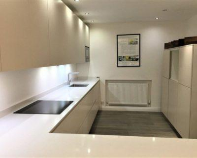 Ex Display Modern Alno Kitchen Matt Lacquer Magnolia White & Cashmere Handleless Quartz