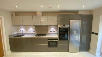 Grey Gloss Kitchen with Quartz Worktops & Siemens Appliances
