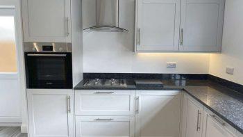 Howdens Shaker Chilcomb Dove Grey Kitchen & Utility Room Appliances Granite Worktops